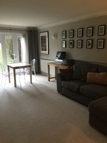 Modern 2 bed flat central location - Godalming - Lägenhet