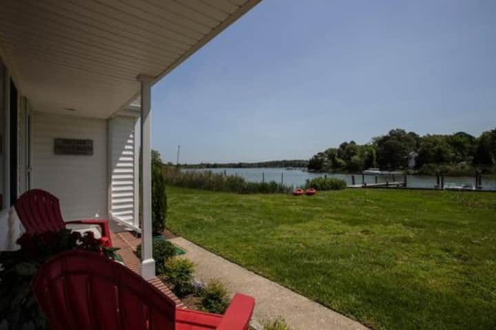 Duck Cove - Adorable Cottage with Fire Pit, BBQ, Kayaks - Pet-Friendly!
