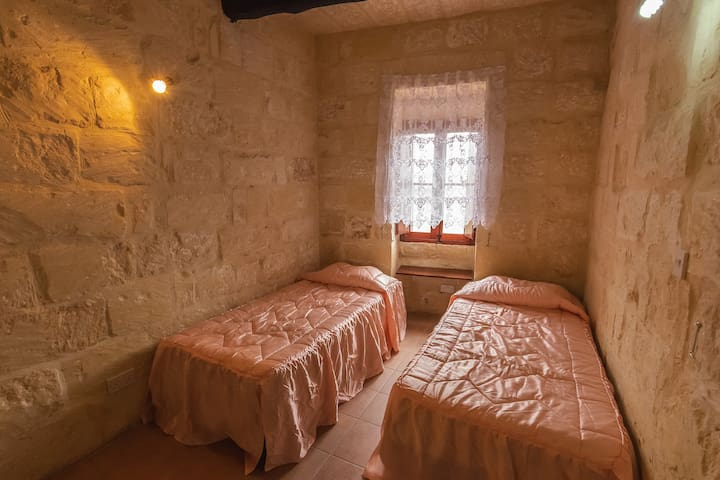 400YR Farmhouse in Xaghra Gozo - Two Single Beds