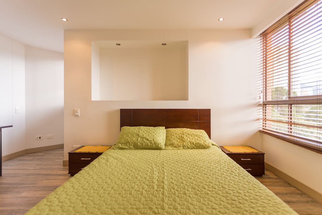 Alcoba principal con cama doble. Main room with a double bed.