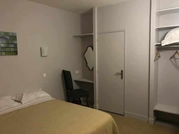 Chambre 7 douche et wc sur cour