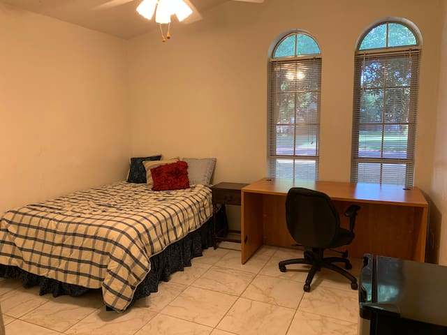 Near UTD, freeways, full bed, fridge, desk, WiFi