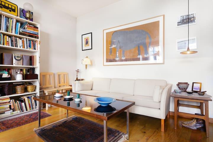 Cozy downtown room in artist's flat - Port - Lägenhet