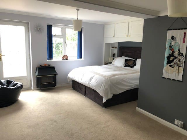 Home away from Home - minutes from Gatwick Airport