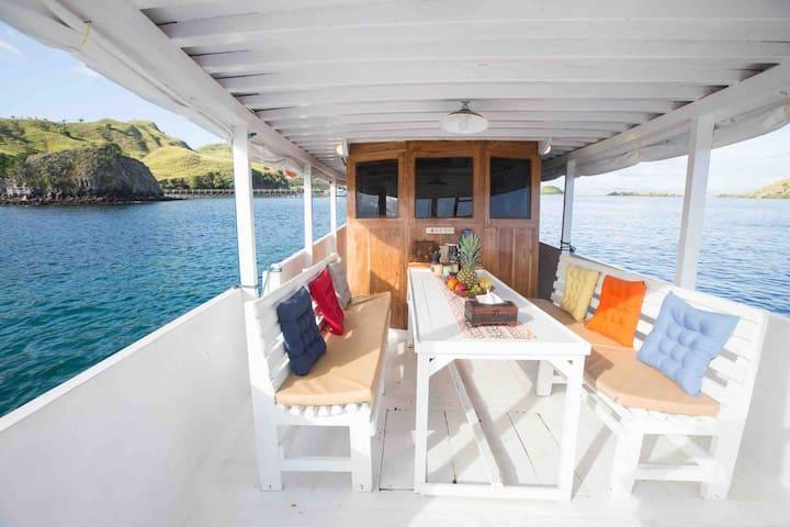 Sailing Komodo with Fancy Liveaboard - Anja