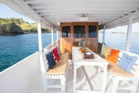 Sailing Komodo with Fancy Liveaboard - Anja
