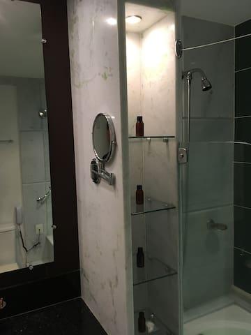 Luz indireta para as amenidades: shampoo, condicionador, hidratante e sabonete