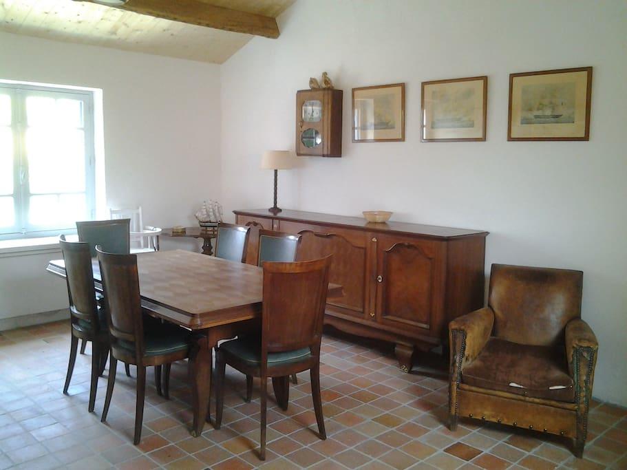 La salle à manger peut accueillir 12 convives autour de la table