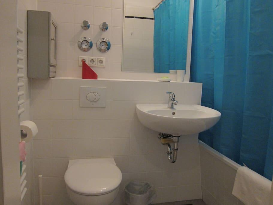 Badezimmer mit Badewanne.