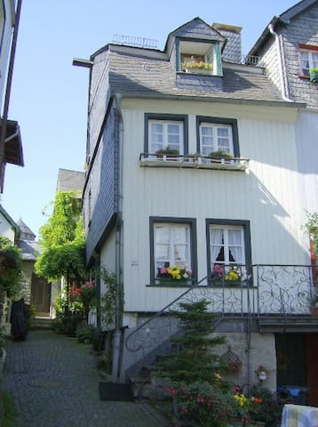 Fachwerkhaus Typical  Tudor House - Monschau - Penzion (B&B)