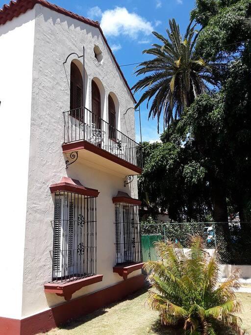 2.- Vista de la fachada de la casa/View of the facade of the house