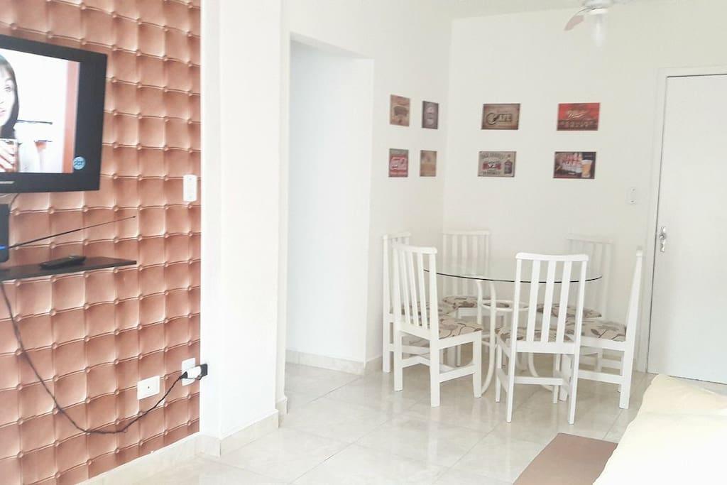 Sala de jantar decorada, também com ventilador de teto.