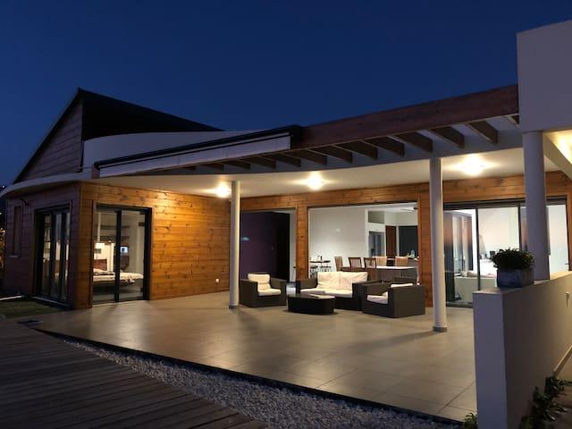 Une maison d'architecte moderne aussi jolie à regarder de jour comme de nuit