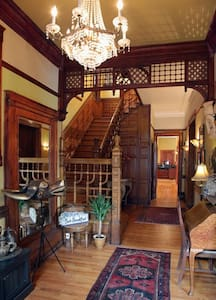 Family/Group 3 Bdrm Apt in Mansion  - Chicago