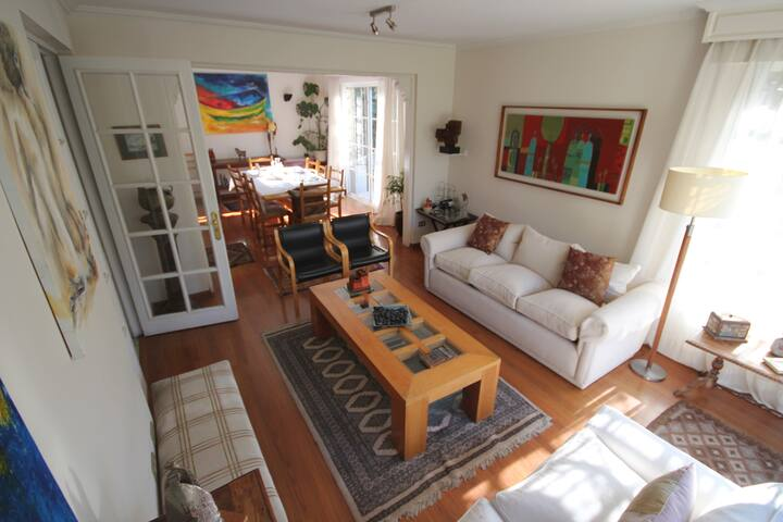 Nice room in a beautiful family house. - Las Condes - Huis