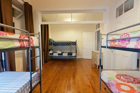 Phil's Haven Hostel - Bunk Bed Room - Funchal - Bed & Breakfast