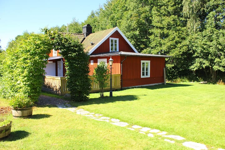 Cottage in beautiful natural scenery in Hjo! - Hjo - Guesthouse