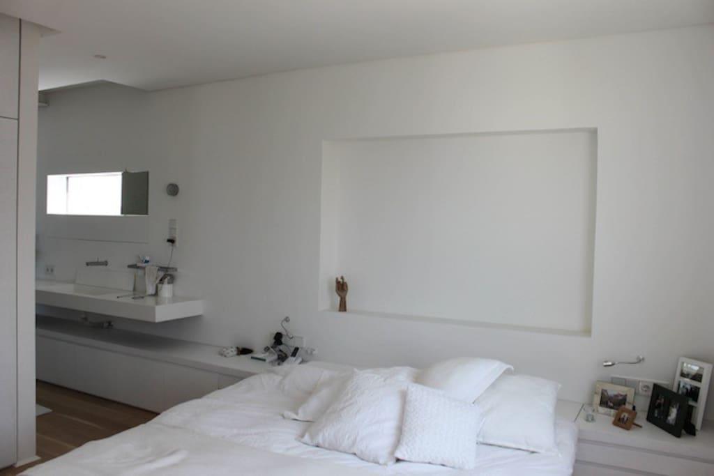 King size bed + Large washbasin