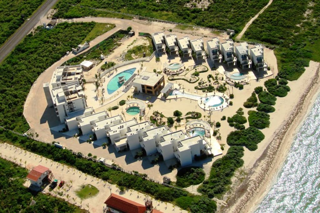 Vista aerea del resort, Cuenta con canal de nado y un alberga grande