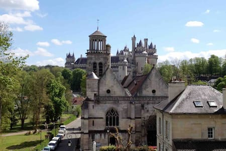 Au coeur de Pierrefonds avec Vue sur le château.