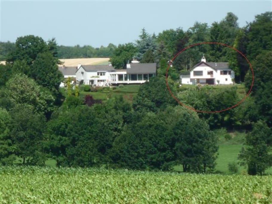 Het appartement bevindt zich in het huis rechts, aan de linkerkant van de woning.