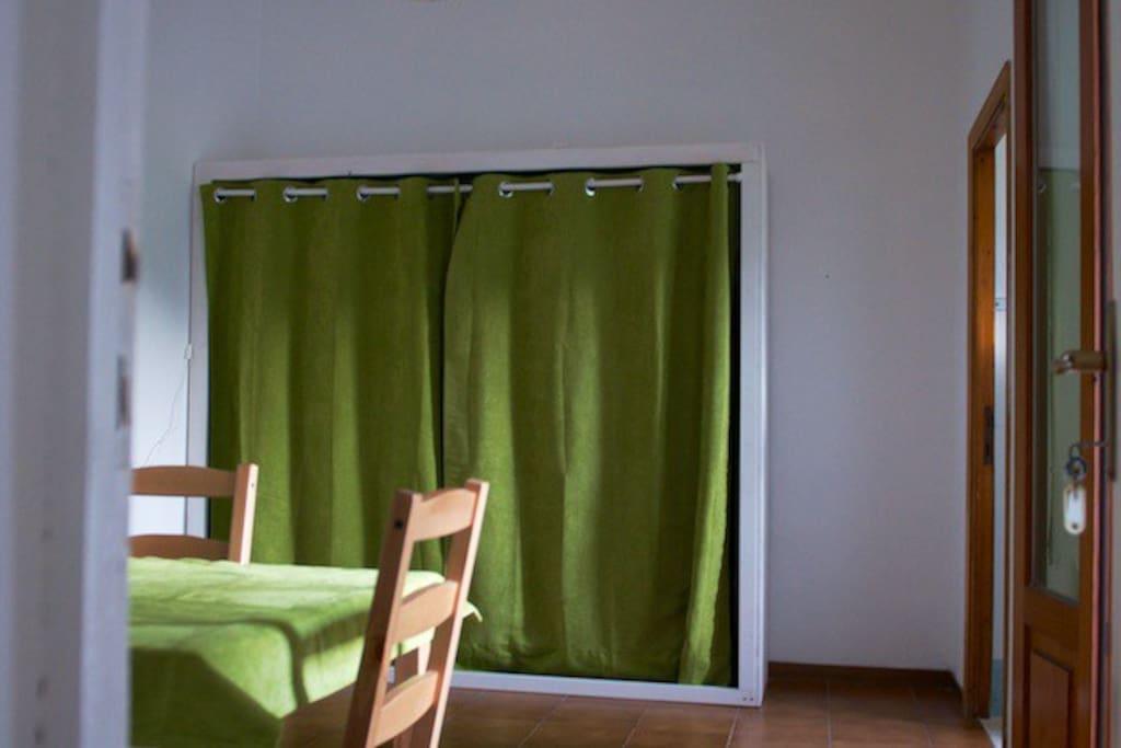 Altra vista del soggiorno con il letto a scomparsa
