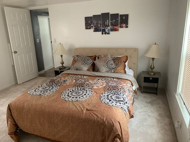 Beautiful private bedroom near DTW airport Room#2
