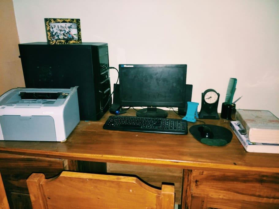 tersedia meja belajar dan fasilitas yang cocok digunakan untuk bekerja maupun belajar dengan terkoneksi wifi di rumah