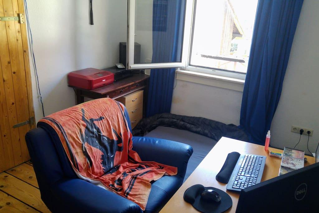 Erstes Zimmer mit Schreibtisch