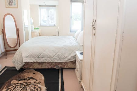 Lovely double bedroom and bathroom near Saltaire!
