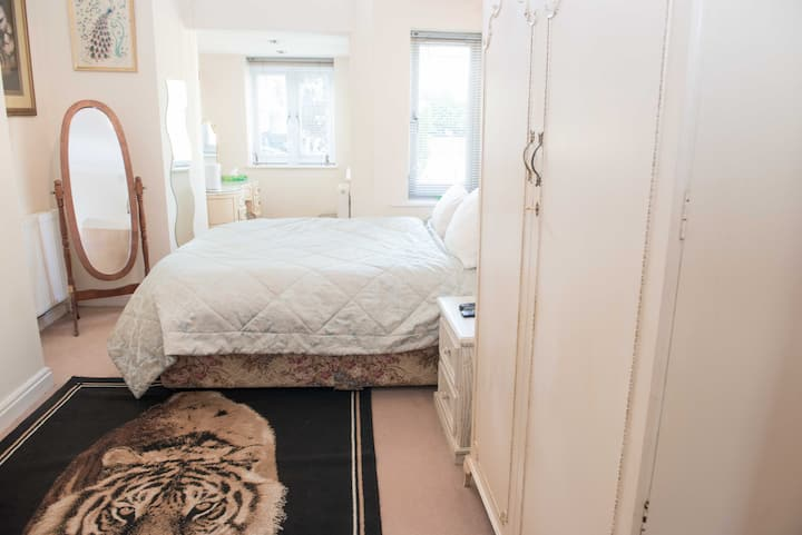 Lovely bedroom and private bathroom near Saltaire!