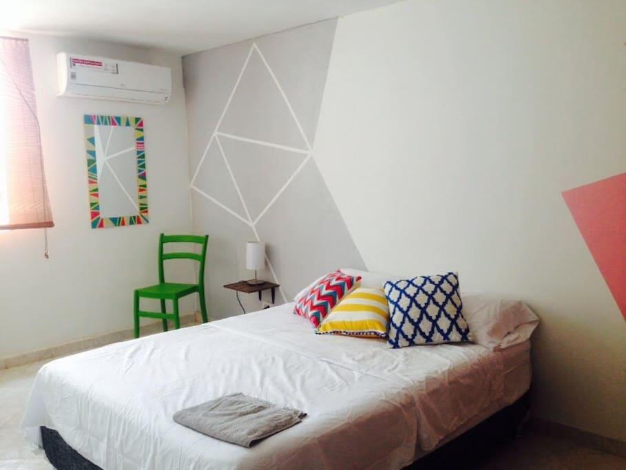 Habitación cama doble fresca e Iluminada