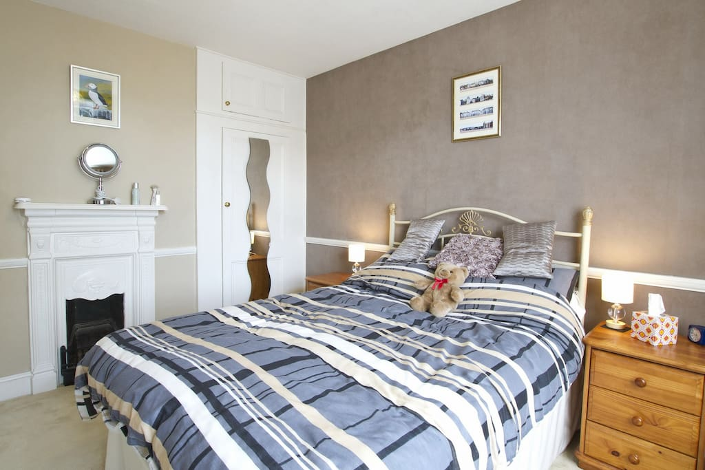 Spacious airy bedroom, Edwardian fireplace, wardrobe, bedside cabinets