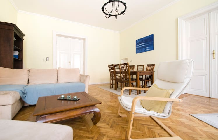 Classy apt w/ 2 bathrooms near Danube in Bp center - Budapest - Apto. en complejo residencial