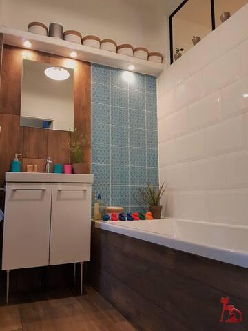 Salle de bains avec baignoire large et WC