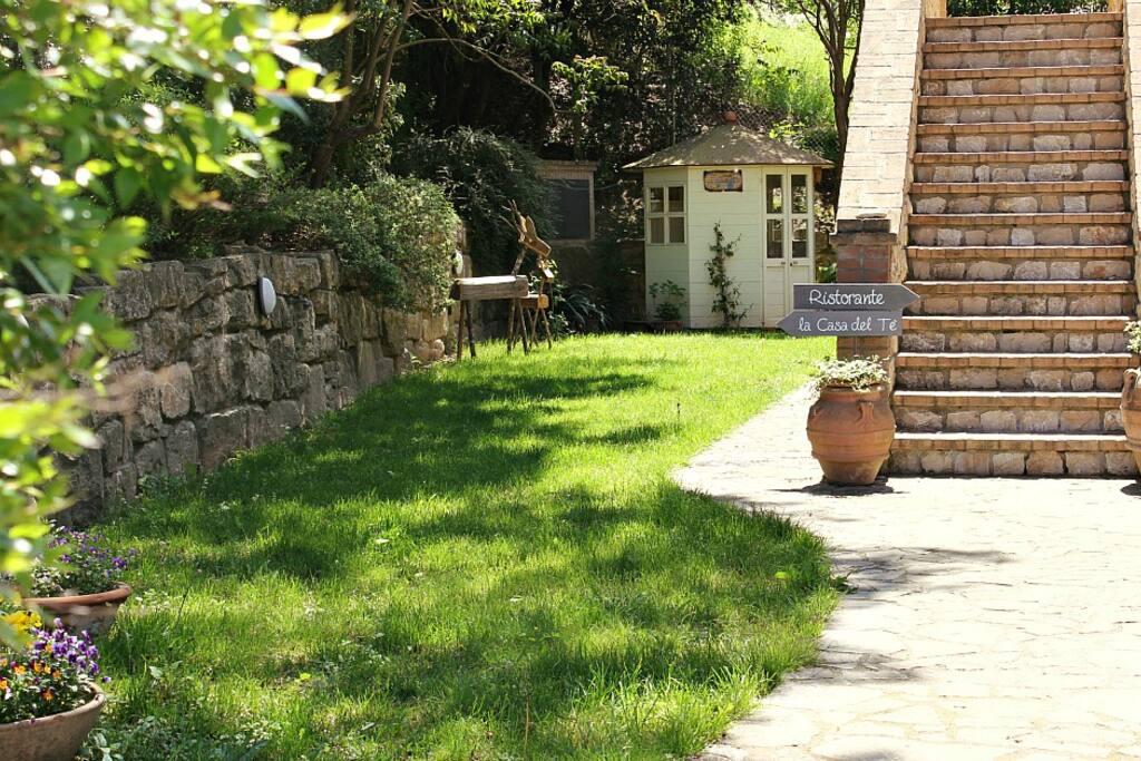 Il giardino e la Casa del Tè.