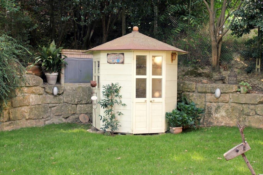 La piccola Casa del Tè per due, in giardino.