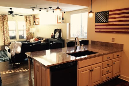 Beautiful & private guesthouse near IHOPKC, Avila - Kansas City - Pension