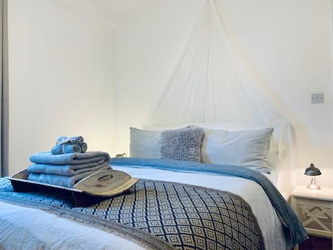 Boutique-style Stay - Hughes Hall Room (HH)