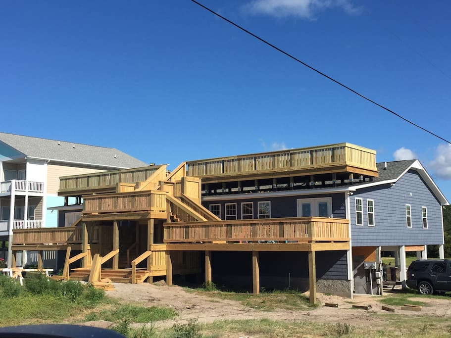 Huge lower and roof top decks for entertaining or searching for stars
