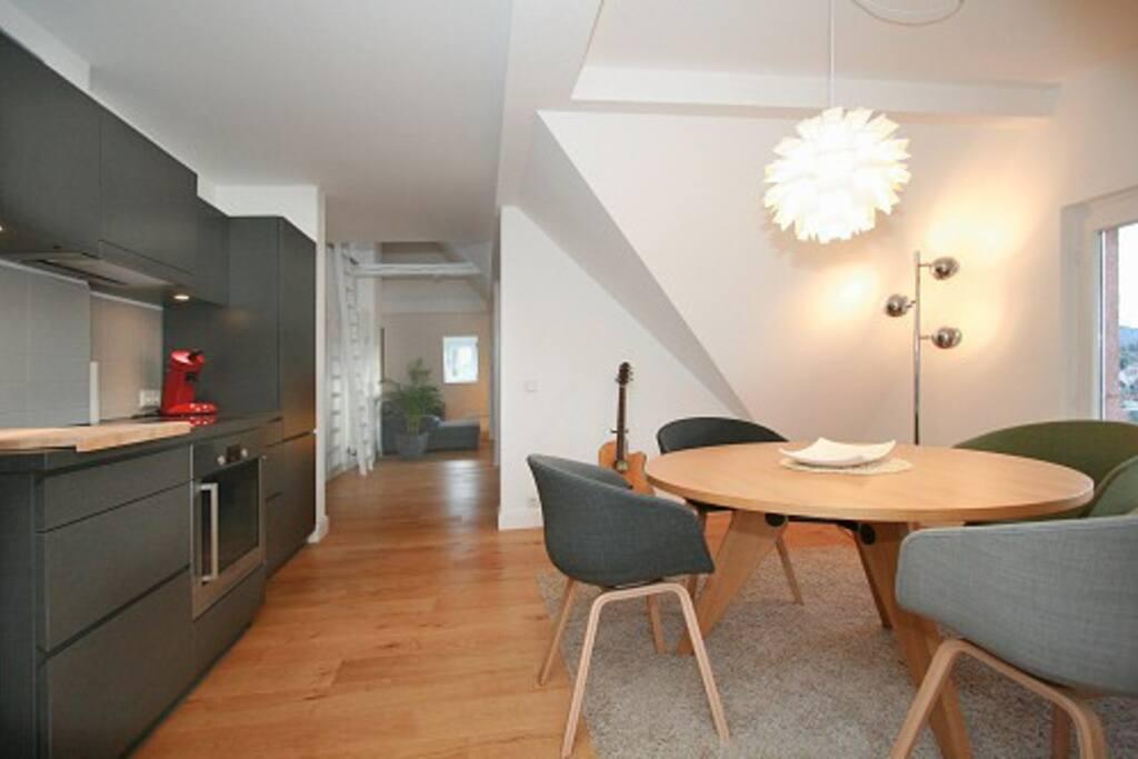 Blick von Küche & Essbereich in den Wohnbereich