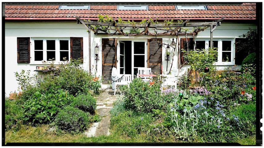 Traumhaftes Künstlerhaus mit großem Garten - München - House