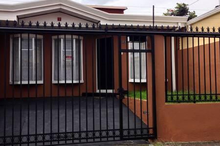 3 rooms house with great location - Cartago,Cartago, Carmen. - บ้าน