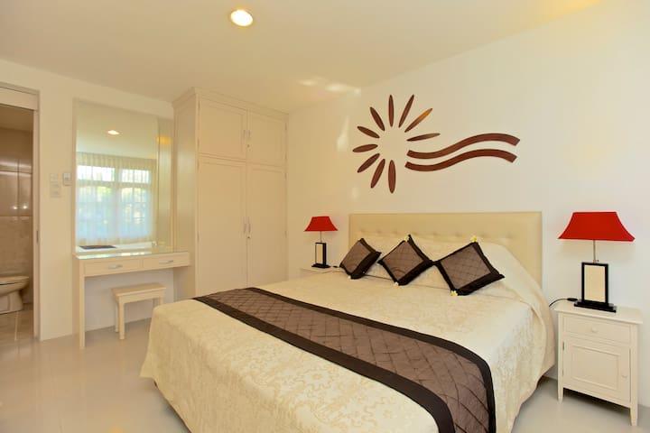 Slaapkamer  met kingsize bed. Met eigen badkamer