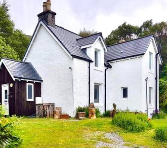 Bracara Cottage with stunning views of Loch Morar