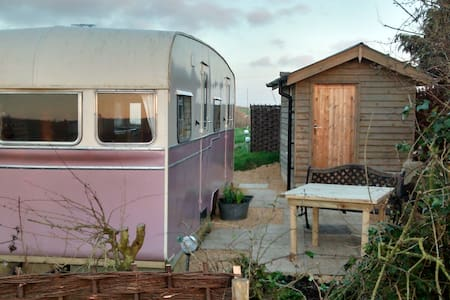 Vintage caravan, rolling hills & great pub nearby!