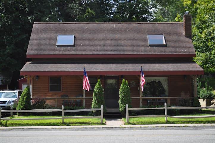 River Street Cabin - Warrensburg