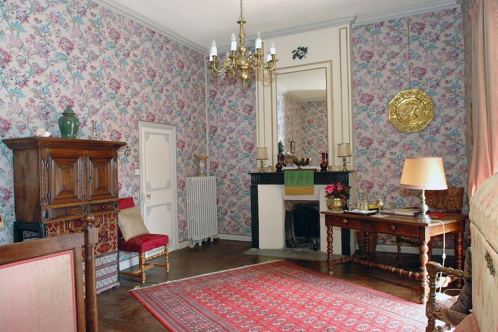 Le salon de la suite du Roi, par lequel on entre dans cette suite. La porte sur la gauche donne accès soit à la salle de bains, soit à l'escalier qui conduit à la chambre dans la tour.