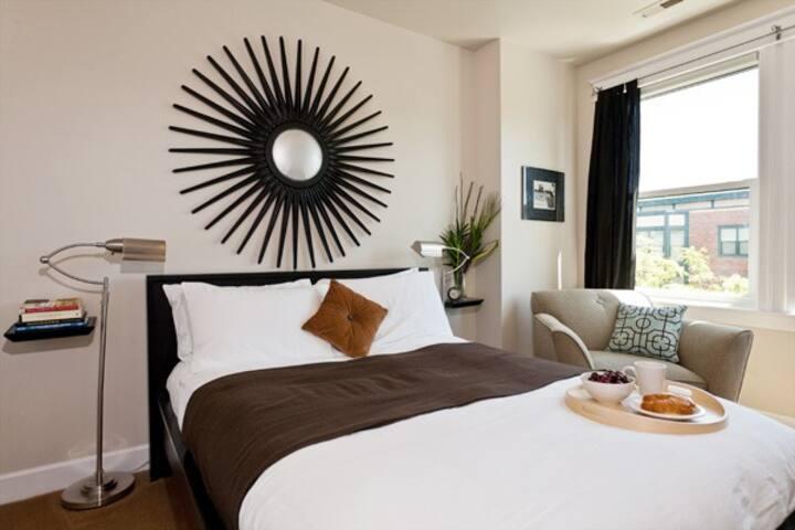 Manor Queen Suite - 1 BD / 1BTH C3