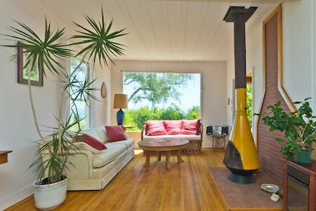 Charming Beach Cottage - Summerland